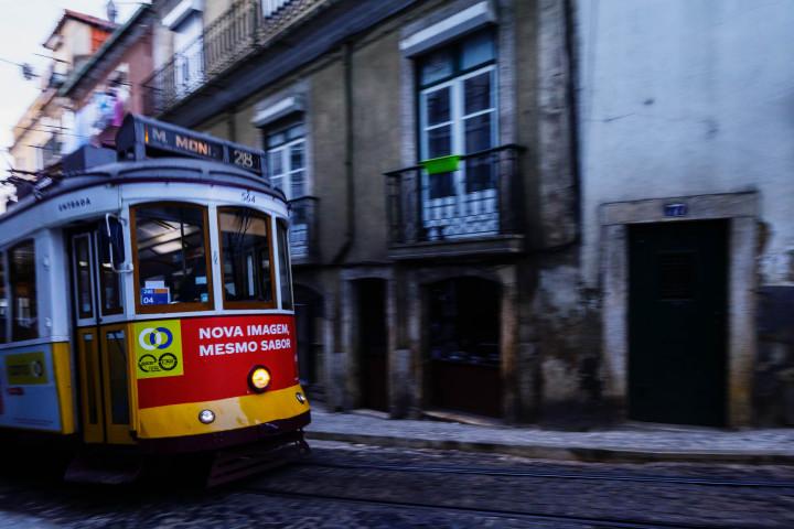 Tram, Lissabon Alfama #32 | Kai-Uwe Klauss Architecture Photography