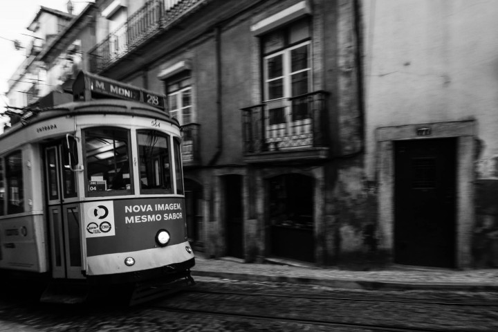 Tram, Lissabon Alfama #33 | Kai-Uwe Klauss Architecture Photography
