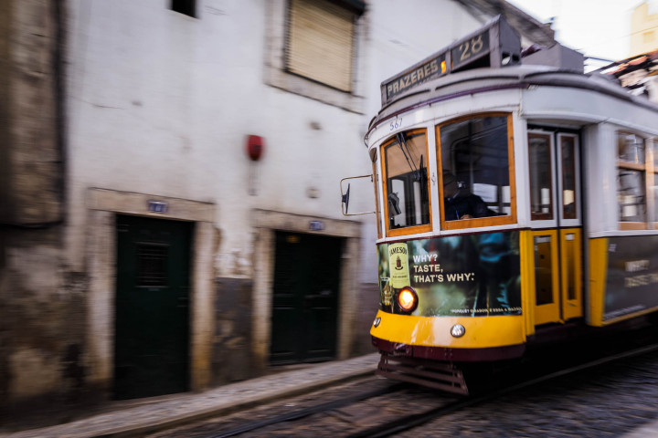 Tram, Lissabon Alfama #34 | Kai-Uwe Klauss Architecture Photography