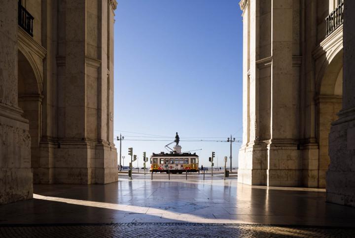 Tram auf dem Praça do Comércio, Lissabon #4 | Kai-Uwe Klauss Architecture Photography