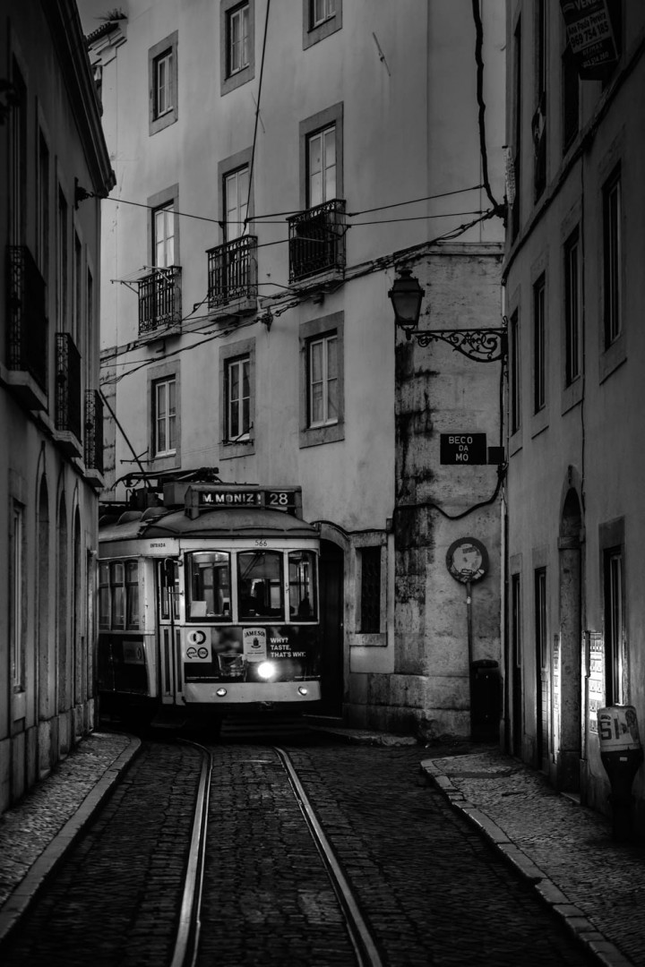 Tram, Lissabon Alfama #9 | Kai-Uwe Klauss Architecture Photography